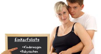 Schwangeres Paar und Einkaufsliste auf Tafel