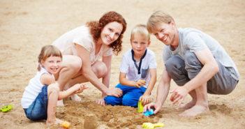 Familienurlaub am Strand im Sommer