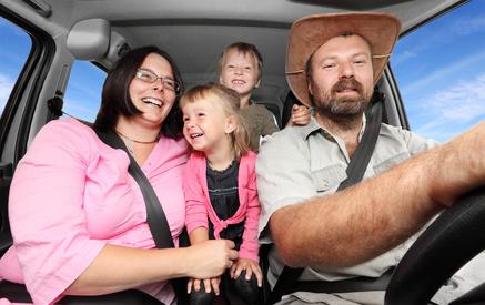 Familie zusammen im Auto fährt in den Urlaub