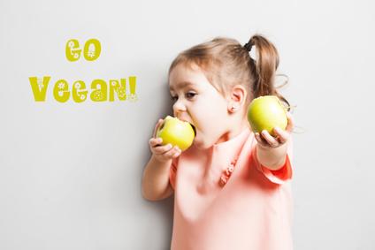 Kleines Mädchen ist einen Apfel