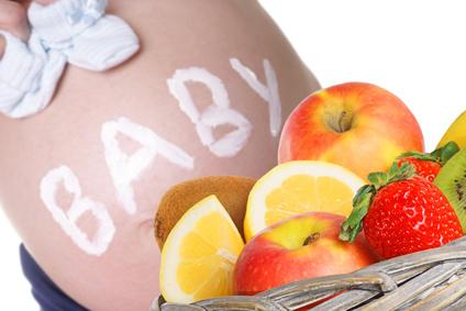 Schwangere Frau mit frischem Obst