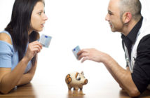 Junges Paar uneinig beim Sparen