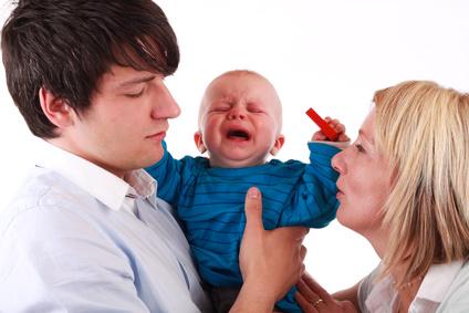 Schreiendes Baby auf Papas Arm