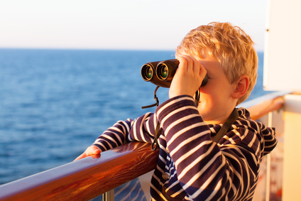 Kleiner Junge sieht durch ein Fernglas