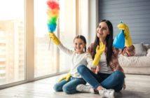 Mutter und Tochter putzen die Wohnung