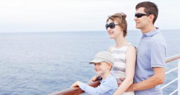 Familie auf einem Kreuzfahrtschiff